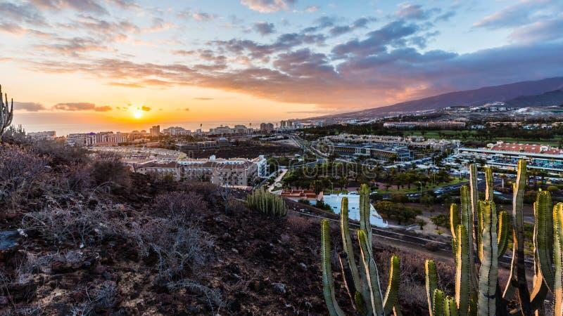 Opinión aérea sobre Adeje y Las Américas durante puesta del sol maravillosa, Tenerife imágenes de archivo libres de regalías
