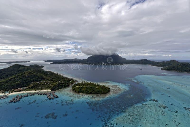 Opinión aérea sobre Bora Bora foto de archivo