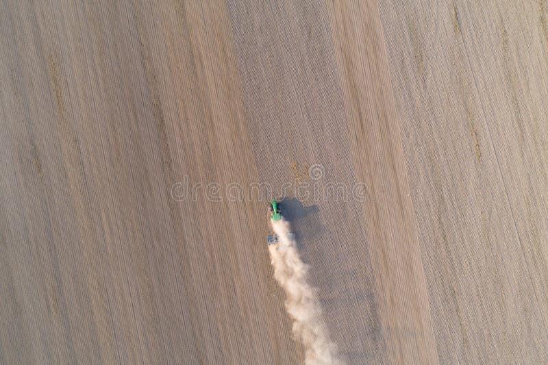 Opinión aérea sobre campo de arado del tractor foto de archivo