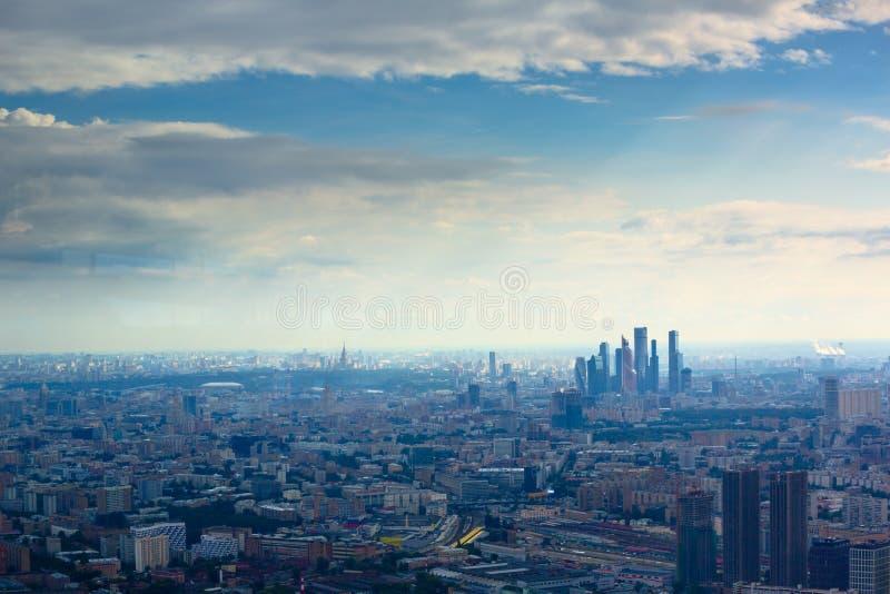 Opinión aérea sobre centro de negocios de la ciudad de Moscú fotografía de archivo