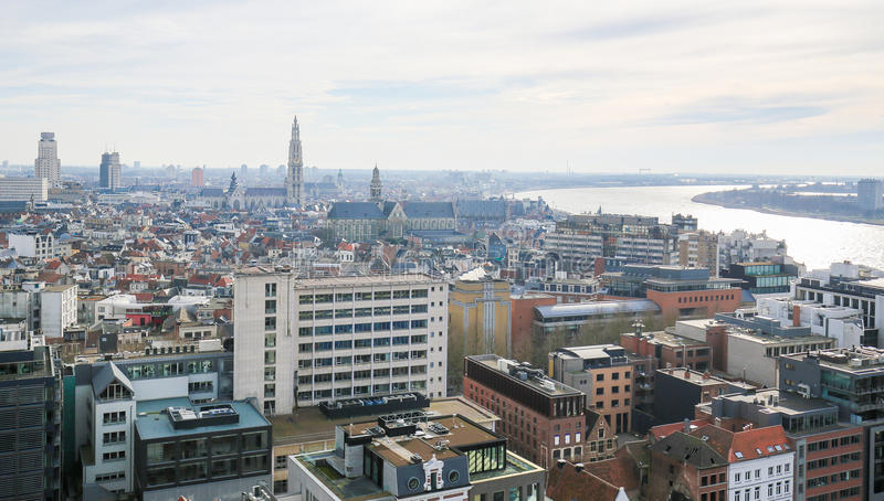 Opinión aérea sobre el centro de Amberes, Bélgica imagenes de archivo