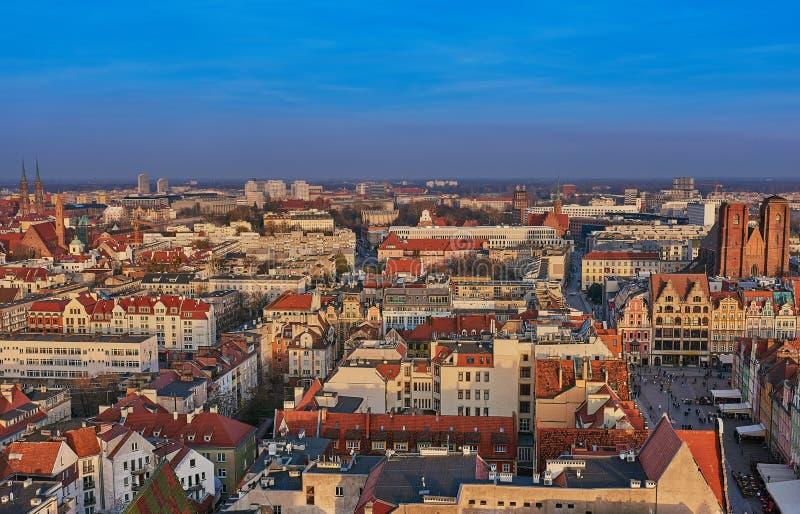 Opinión aérea sobre el centro de la ciudad Wroclaw, Polonia imagenes de archivo
