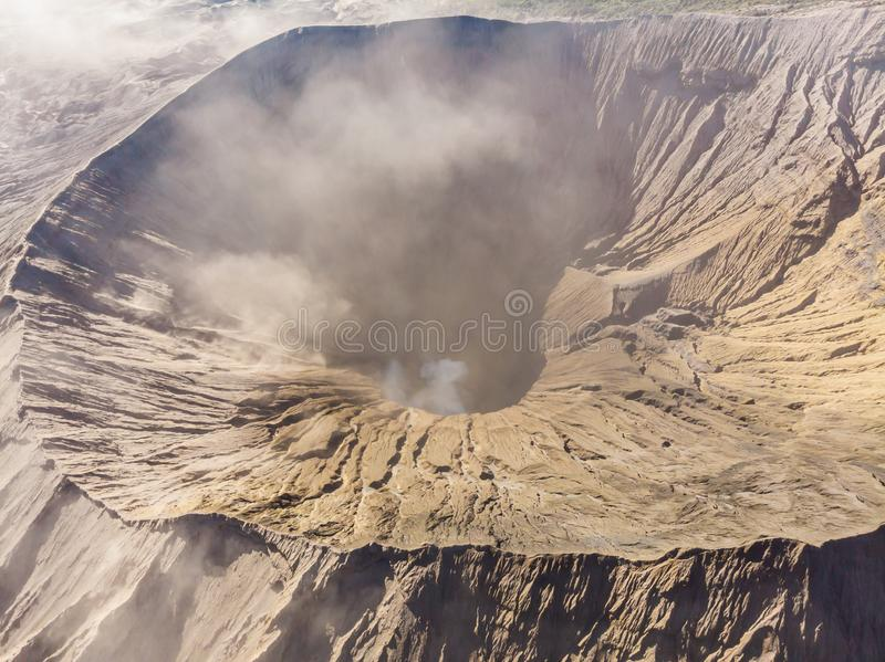 Opinión aérea sobre el cráter del volcán de Bromo en el parque nacional de Bromo Tengger Semeru en Java Island, Indonesia uno imagen de archivo libre de regalías