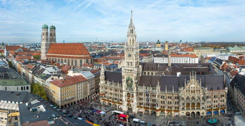 Opinión aérea sobre el Frauenkirche y ayuntamiento en el Marienplatz imagen de archivo