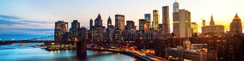 Opinión aérea sobre el horizonte de la ciudad en New York City, los E.E.U.U. en la noche Rascacielos famosos fotos de archivo