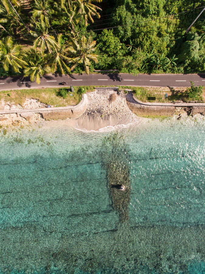 Opinión aérea sobre el océano y las rocas imagenes de archivo