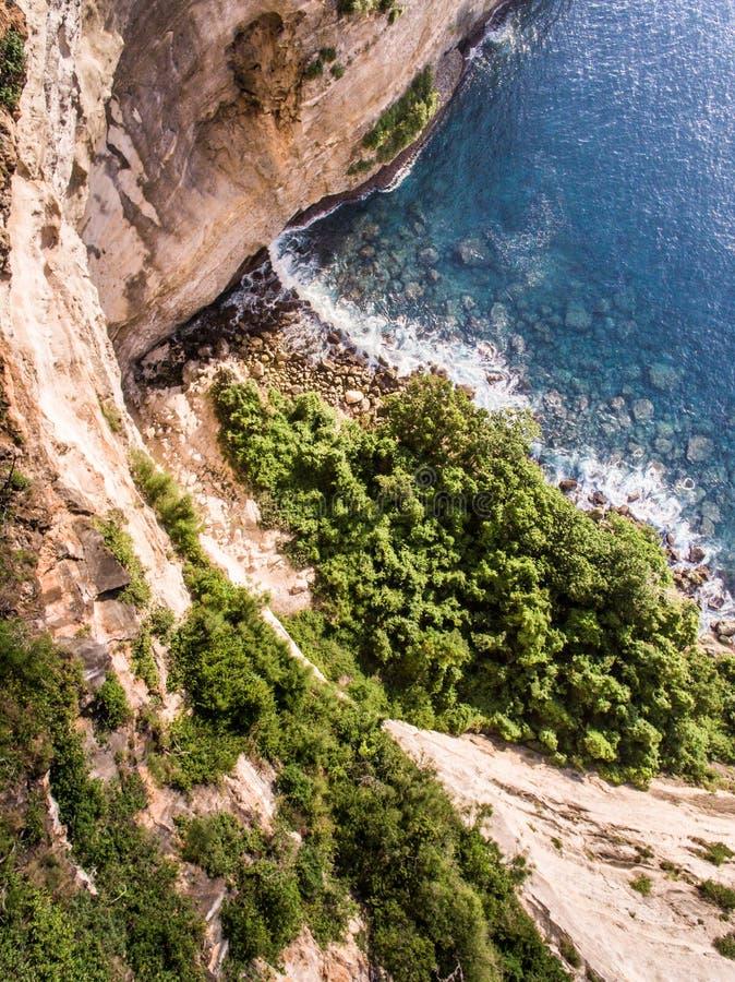 Opinión aérea sobre el océano y las rocas fotografía de archivo