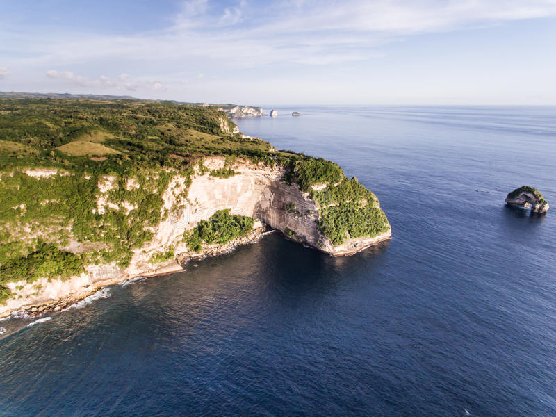 Opinión aérea sobre el océano y las rocas foto de archivo