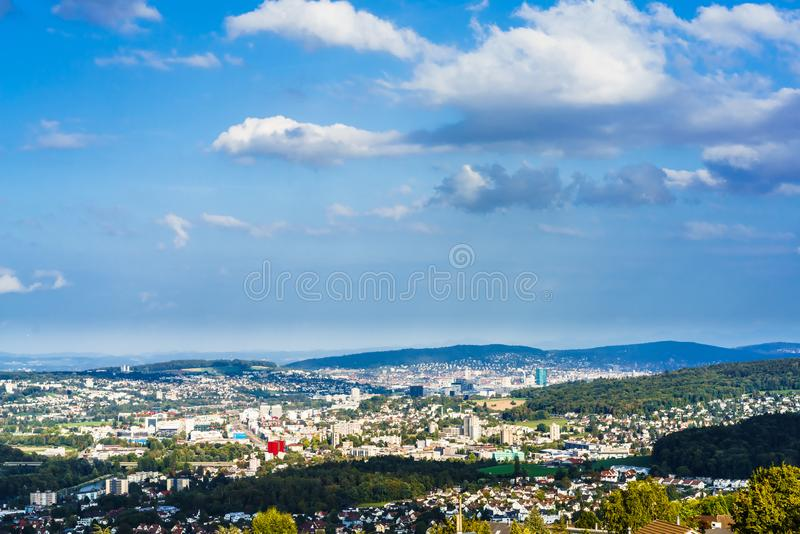 Opinión aérea sobre el paisaje urbano de Zurich de Bergdietikon fotografía de archivo