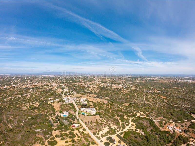 Opinión aérea sobre el pequeño pueblo, campo en Lagoa, Portugal Opinión desde arriba sobre casas contra el cielo azul foto de archivo libre de regalías