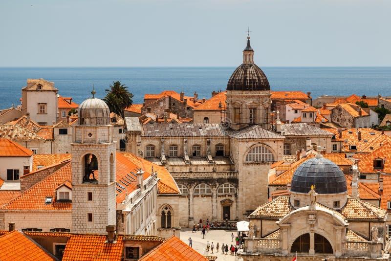 Opinión aérea sobre la ciudad vieja de Dubrovnik de las paredes de la ciudad fotografía de archivo