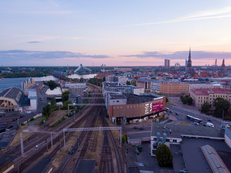 Opinión aérea sobre la estación de tren central de Riga durante puesta del sol hermosa fotografía de archivo libre de regalías