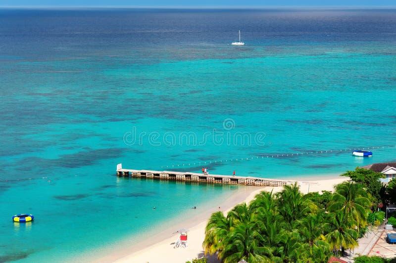 Opinión aérea sobre la playa y el embarcadero del Caribe hermosos en Montego Bay, isla de Jamaica foto de archivo