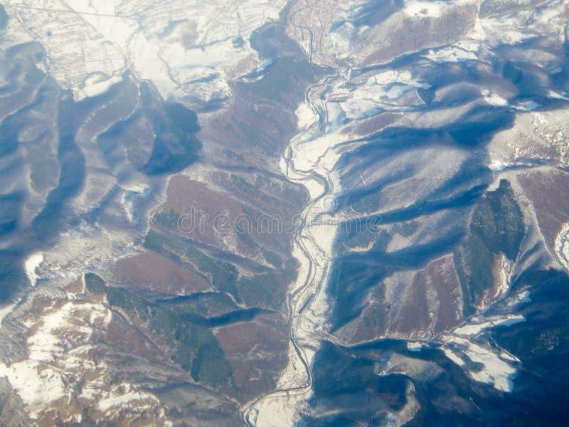 Opinión aérea sobre las montañas cárpatas - Valea Jiului imágenes de archivo libres de regalías