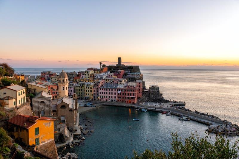 Opinión aérea sobre puesta del sol sobre la ciudad de Vernazza, parque nacional de Cinque Terre, Italia fotos de archivo