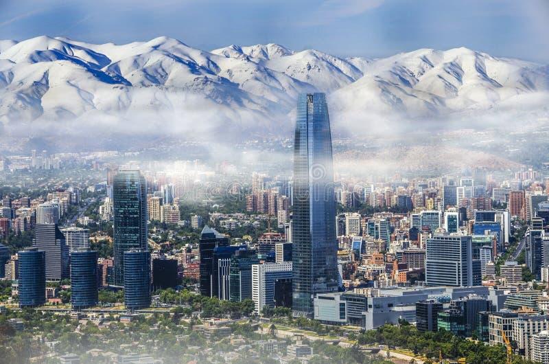Opinión aérea sobre rascacielos del distrito financiero de Santiago, capital de Chile debajo de la niebla de la madrugada imagen de archivo