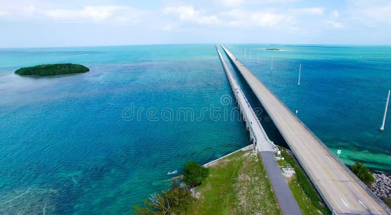 Opinión aérea sobre un día soleado hermoso, la Florida de la carretera de ultramar imagen de archivo