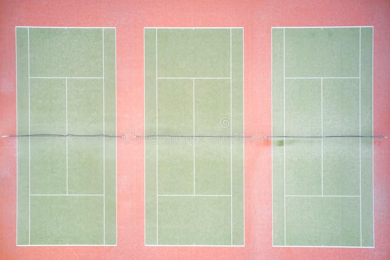Opinión aérea vacía de la corte de arcilla del tenis desde arriba imágenes de archivo libres de regalías