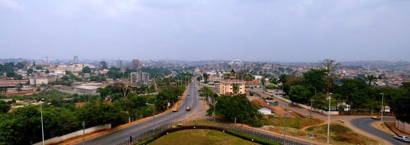 Opinión aérea a Yaounde, la capital del paisaje urbano del Camerún imagenes de archivo