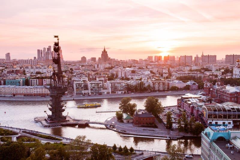 Opinión airial de la puesta del sol de Moscú con el río de Moskva y el monumento a Peter el gran primero plano imagen de archivo libre de regalías