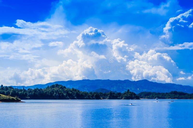 Opinión al aire libre de Beautifulo del lago Guatape en un cielo azul magnífico en Colombia imagenes de archivo
