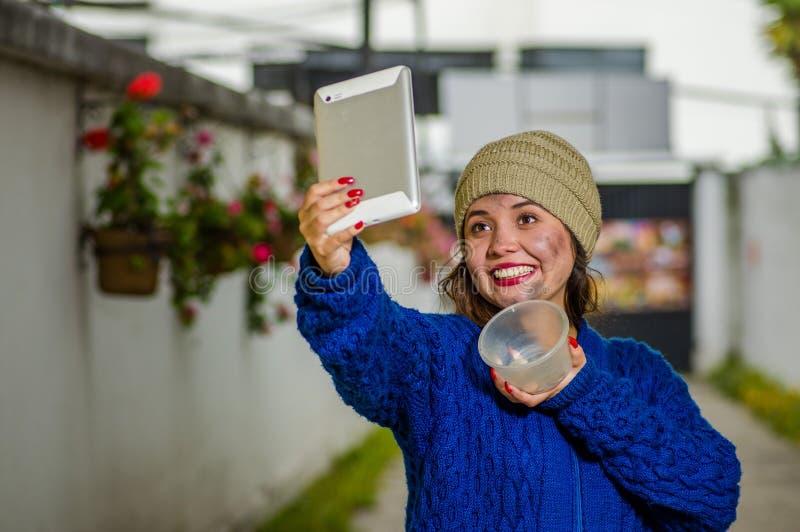 Opinión al aire libre la mujer sin hogar en la calle en el tiempo frío del otoño que sostiene un frasco plástico vacío en su mano fotografía de archivo libre de regalías