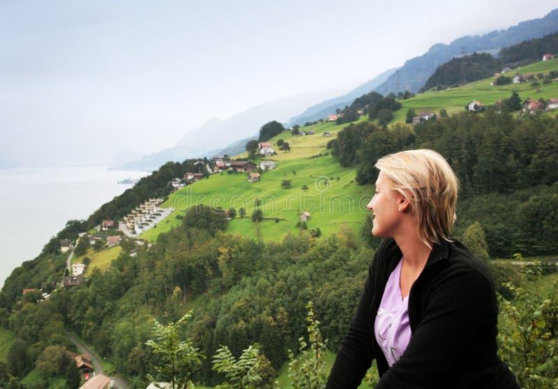 Opinión alpina brumosa del valle fotografía de archivo