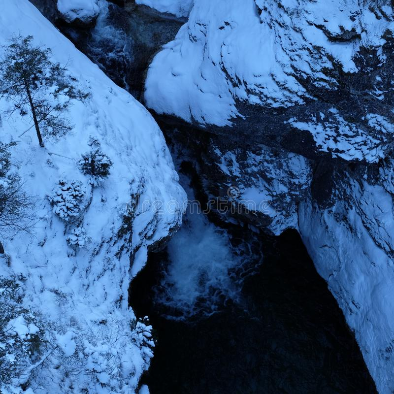 Opinión alpina de Arial de la garganta del invierno fotografía de archivo