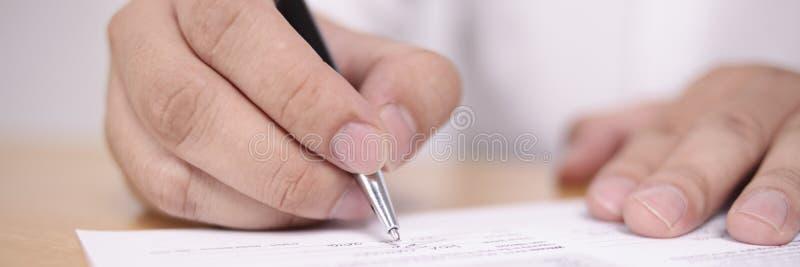 Opinión amplia el hombre de negocios Signing Contract fotografía de archivo libre de regalías