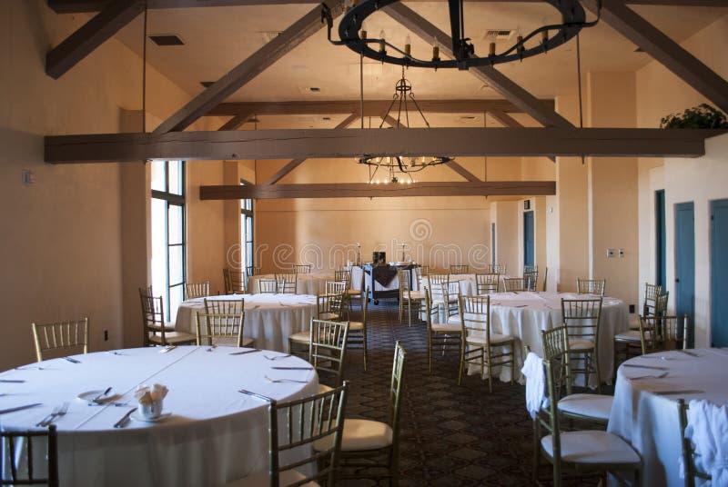 Opinión amplia sobre sitio de bola del banquete en estilo del vintage con la porción de tablas, de sillas y de escena del teatro imágenes de archivo libres de regalías
