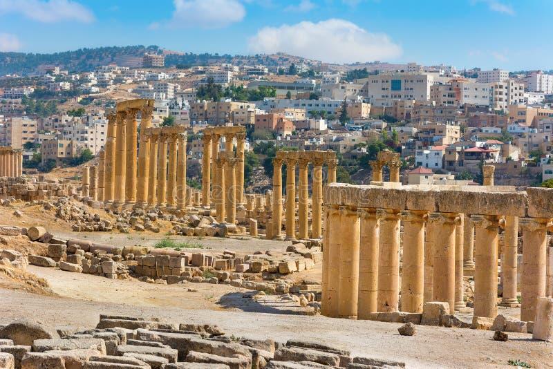Opinión antigua de Jerash Jordania de la actual ciudad fotos de archivo