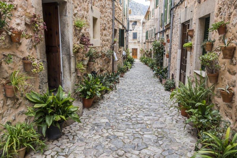 Opinión antigua de la calle, pueblo de Valldemossa, isla de Majorca, balneario fotos de archivo libres de regalías