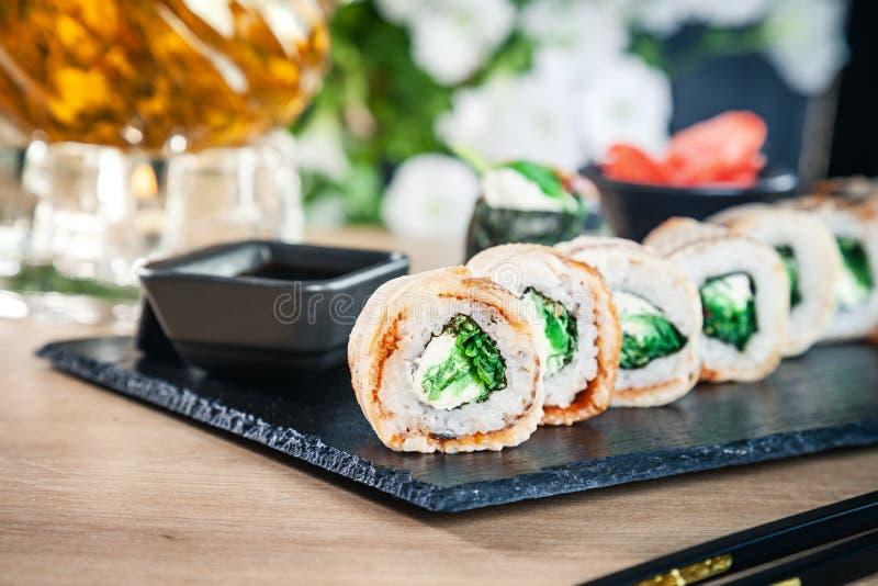 Opinión ascendente cercana sobre el sistema de rollo de sushi El rollo de California con la anguila, el aguacate y el caviar sirv fotos de archivo libres de regalías