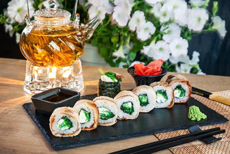 Opinión ascendente cercana sobre el sistema de rollo de sushi El rollo de California con la anguila, el aguacate y el caviar sirv imagen de archivo libre de regalías