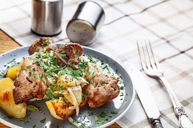 Opinión ascendente cercana sobre la patata cocida con la carne Alimentos de preparación rápida americanos tradicionales para la c imagen de archivo