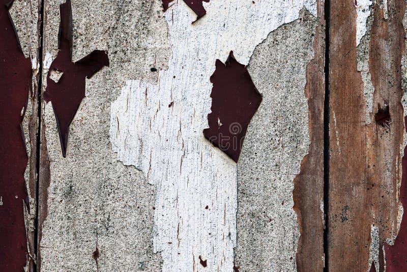 Opinión ascendente cercana sobre la pintura colorida que pela apagado los muros de cemento encontrados en un lugar perdido en Kie imagen de archivo