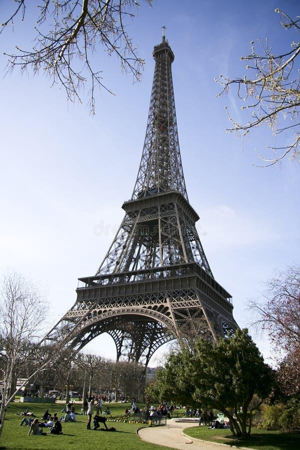 Opinión asoleada tranquila de la torre Eiffel fotografía de archivo libre de regalías