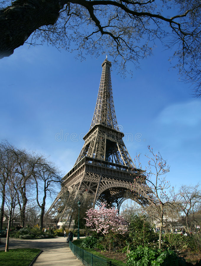 Opinión asoleada tranquila de la torre Eiffel - Francia fotos de archivo