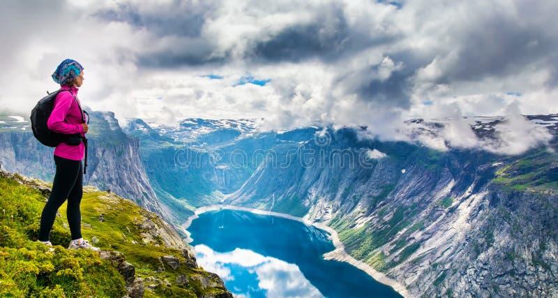 Opinión asombrosa de la naturaleza sobre la manera a Trolltunga Ubicación: Scandina imagen de archivo