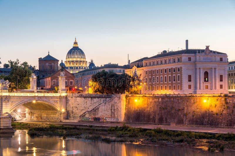 Opinión asombrosa de la puesta del sol basílica del ` s del río y de San Pedro de Tíber de St Angelo Bridge en Roma, Italia imagenes de archivo