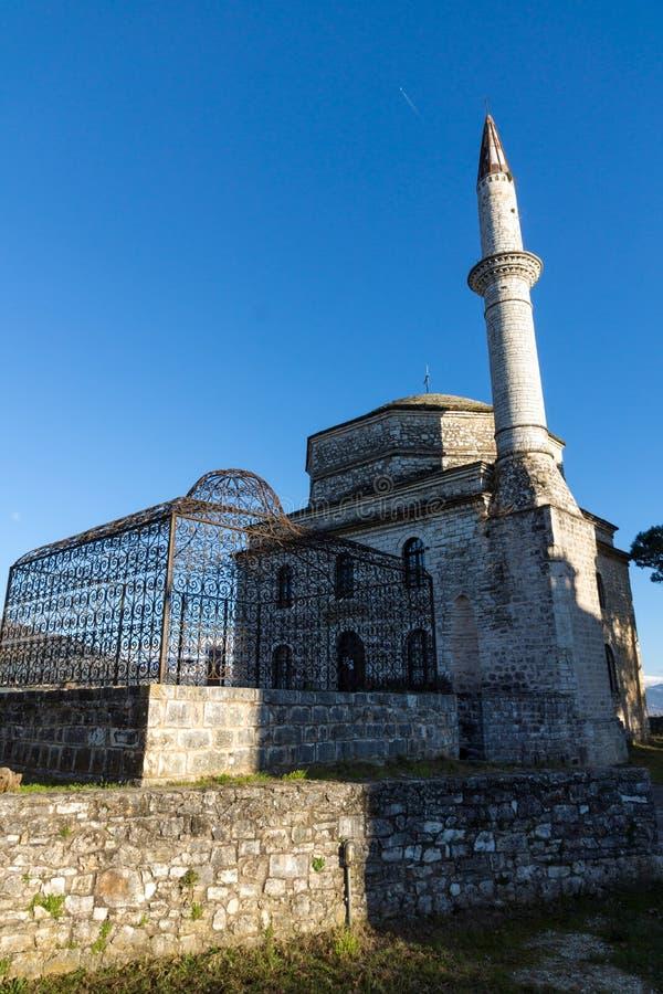 Opinión asombrosa de la puesta del sol de la mezquita de Fethiye en el castillo de la ciudad de Ioannina, Epirus, Grecia fotos de archivo