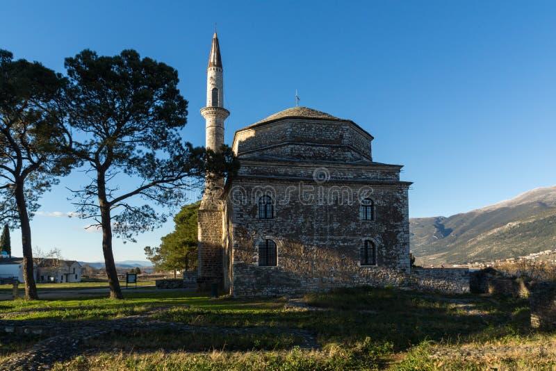 Opinión asombrosa de la puesta del sol de la mezquita de Fethiye en el castillo de la ciudad de Ioannina, Epirus, Grecia imágenes de archivo libres de regalías