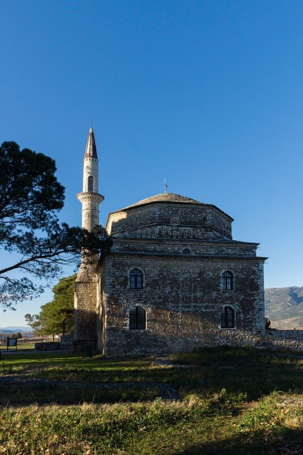 Opinión asombrosa de la puesta del sol de la mezquita de Fethiye en el castillo de la ciudad de Ioannina, Epirus, Grecia foto de archivo libre de regalías