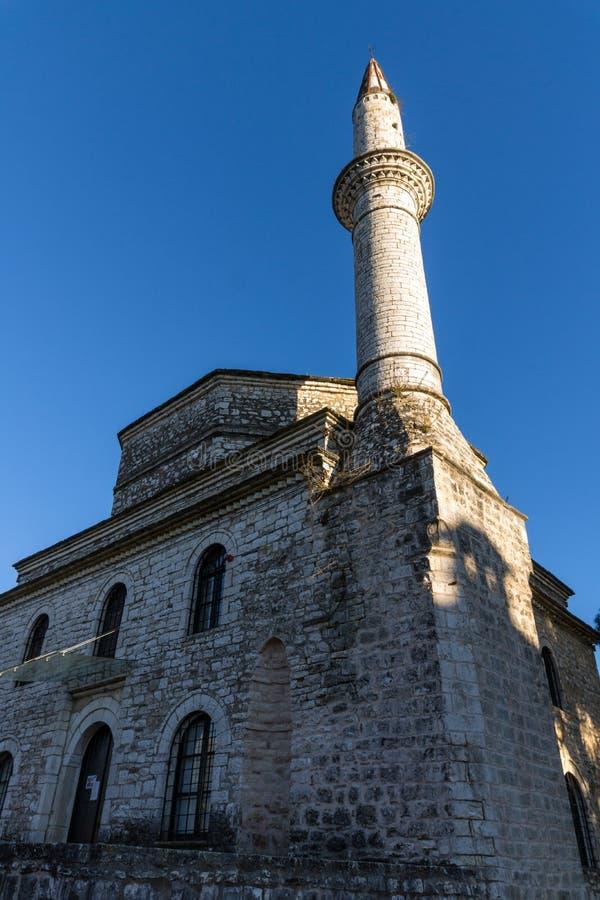 Opinión asombrosa de la puesta del sol de la mezquita de Fethiye en el castillo de la ciudad de Ioannina, Epirus, Grecia imagen de archivo libre de regalías