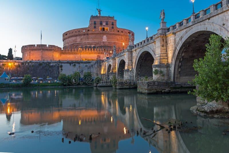 Opinión asombrosa de la puesta del sol de St Angelo Bridge y de st Ángel del castillo en la ciudad de Roma, Italia fotografía de archivo