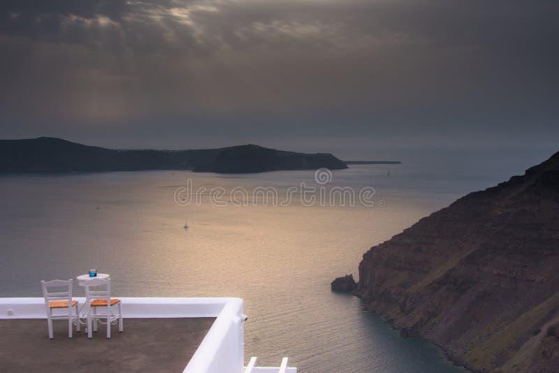 Opinión asombrosa de la tarde de Fira, caldera, volcán de Santorini, Grecia foto de archivo libre de regalías