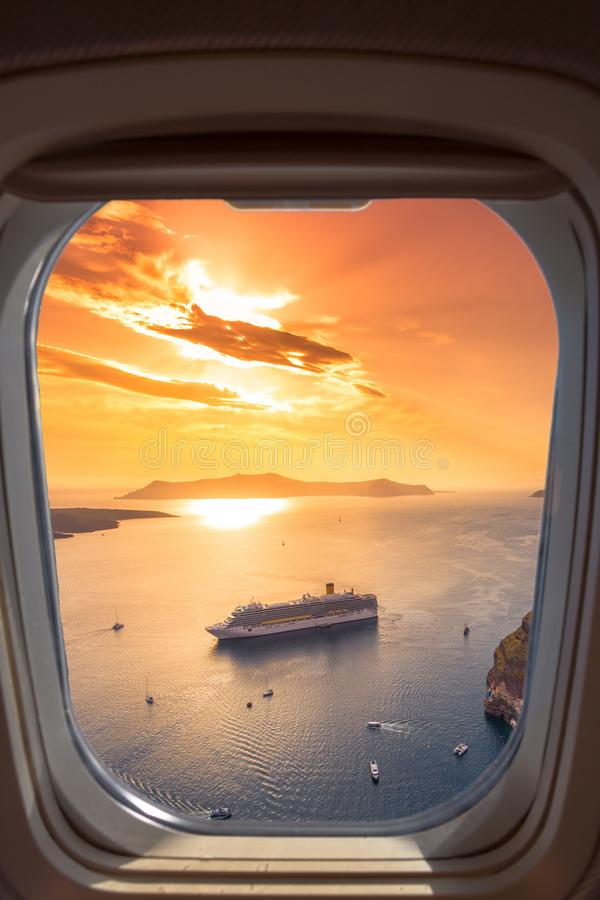 Opinión asombrosa de la tarde de Fira, caldera, volcán de Santorini, Grecia con los barcos de cruceros en la puesta del sol imágenes de archivo libres de regalías