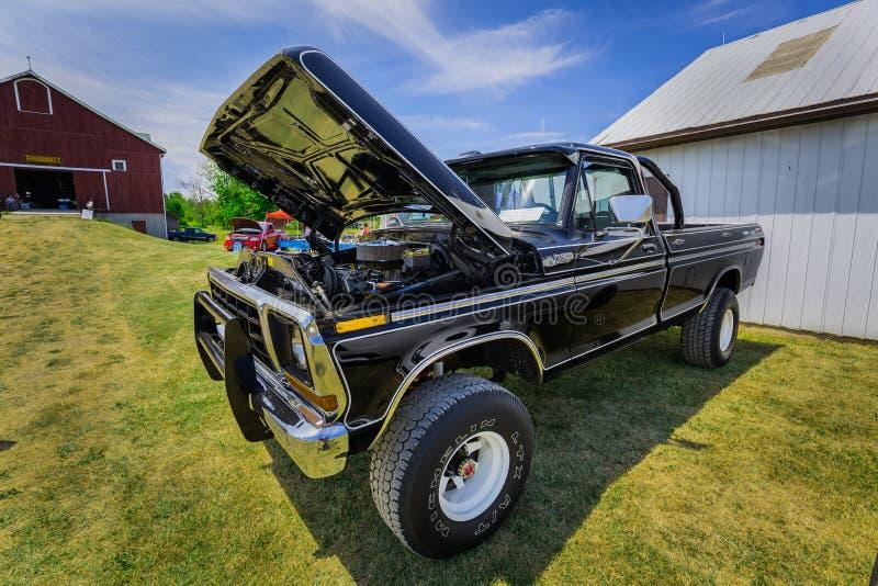 Opinión asombrosa de parte delantera de la camioneta pickup retra de SUV del vintage clásico imagen de archivo libre de regalías