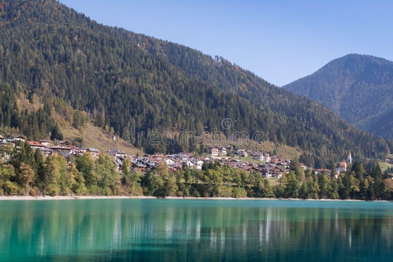 Opinión Auronzo di Cadore y el lago Santa Caterina o Lago Auronzo imagen de archivo libre de regalías