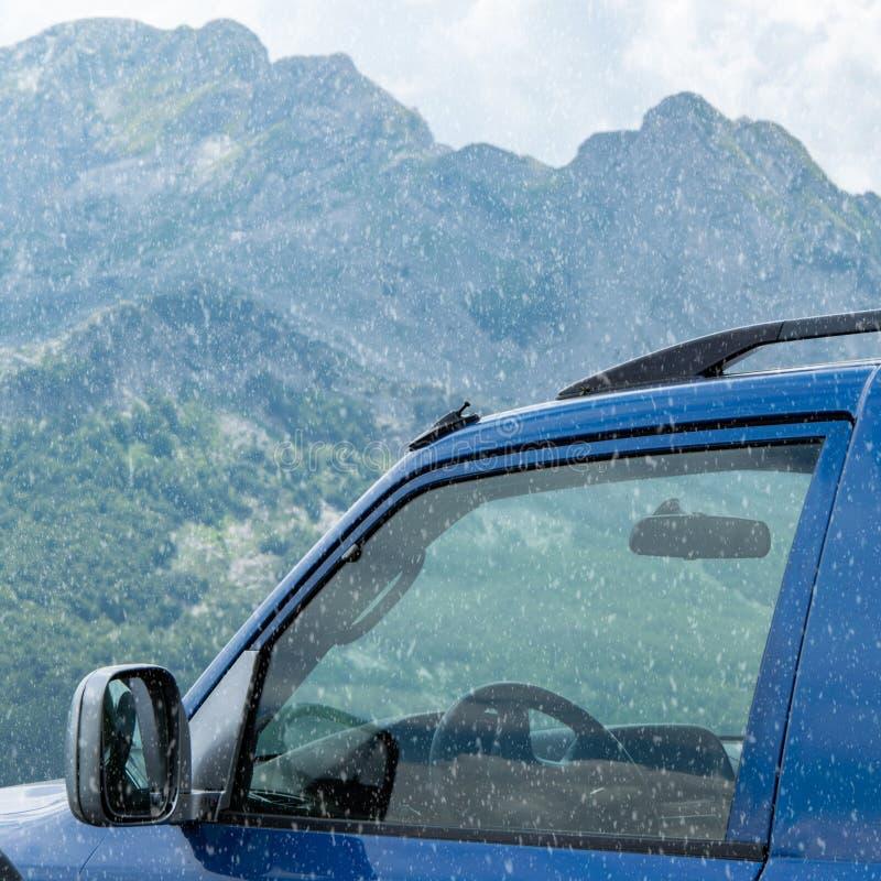 Opinión auto de la cosecha con el fondo nevoso Concepto del transporte del invierno fotos de archivo libres de regalías